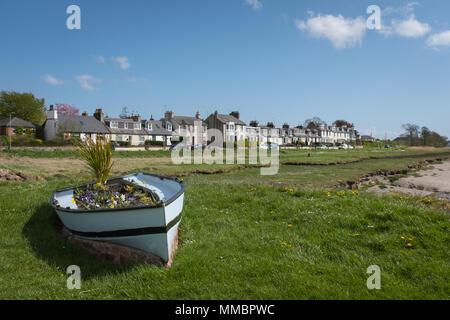 Une vue sur le village d'Glencaple, Dumfries et Galloway, montrant une partie de la rue principale et d'un petit bateau d'ornement au port.
