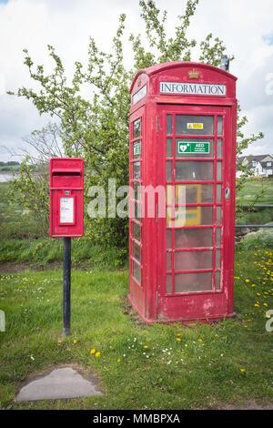 Boîte de téléphone rouge et Royal Mail lettre fort côte à côte dans Glencaple, Dumfries et Galloway. Le téléphone contient un défibrillateur.