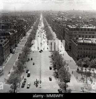 Années 1950, historique. Vue de dessus vers le bas le large boulevard bordé d'arbres, l'Avenue des Champs-Elysées, Paris, France, l'un des plus grand et belles avenues dans le monde, près de 2 kilomètres de longueur, et qui relie l'Arc de Triomphe à la place de la Concorde. Banque D'Images