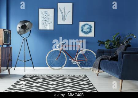 Tapis à motifs noir et blanc dans un salon bleu Banque D'Images