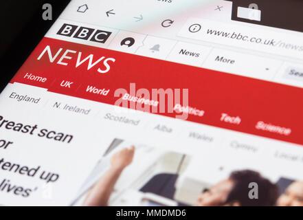 Lire le site Web de BBC News sur une tablette. Banque D'Images