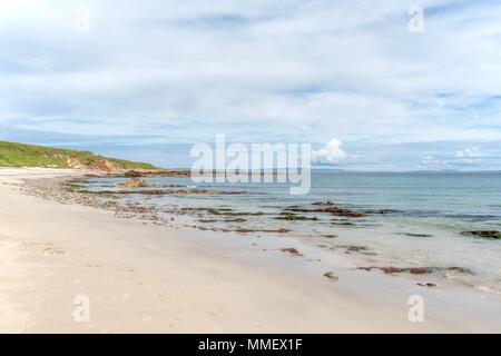 Sur la plage de la Baie d'Sannick, Caithness, Highlands, Ecosse, regard vers John O'Groats et les îles Orkney, au-delà de l'horizon. Banque D'Images