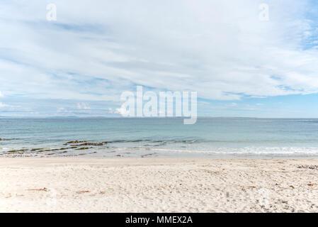 Sur la plage de la Baie d'Sannick, Caithness, Highlands, en Écosse, à l'extérieur, vers les îles Orkney qui couvrent l'horizon. Banque D'Images