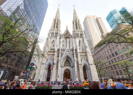 La Cathédrale St Patrick, New York, vu de la Cinquième Avenue, New York City, USA