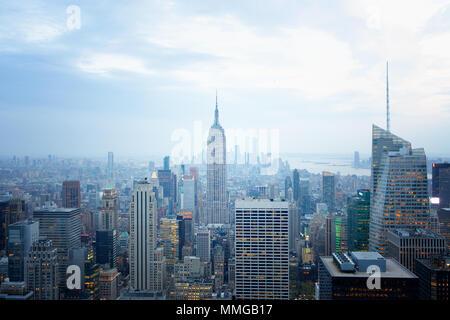 L'Empire State Building et toits de New York en fin d'après-midi vu du haut de la roche, New York city Etats-unis d'Amérique Banque D'Images