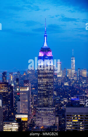 Empire State Building et New York skyline at Dusk, vu du haut de la roche plate-forme panoramique, Manhattan, New York City, États-Unis d'Amérique