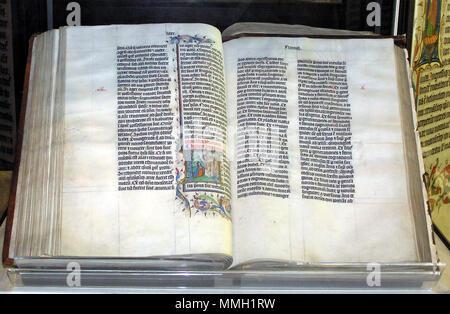 . Un manuscrit de la Bible en latin, à l'affiche dans l'abbaye de Malmesbury, Wiltshire, Angleterre. La Bible a été écrite en Belgique en 1407, l'annonce de la lecture à haute voix dans un monastère. . Livre: 2008-06-09 Photo: février 2005. Anonyme (photo par Adrian Pingstone) Bible.arp.malmesbury