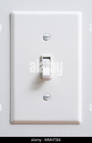 Eco Friendly, l'électricité renouvelable, l'interrupteur électrique blanc sur mur blanc Banque D'Images