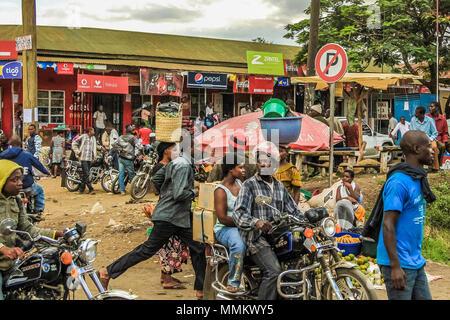 Arusha, Tanzanie, l'Afrique - le 12 janvier 2013: un groupe de vélos stationnés devant les magasins locaux.. Manque de transports dans la région, force les gens à marcher beaucoup sur la route pour passer d'une ville à l'accueil Banque D'Images