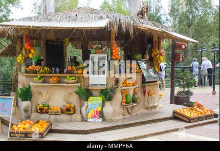 12 mai 2018 une piscine en plein air bar vendant des fruits ou jus de fruits et légumes pressés des boissons au baptême Yardenit Centre sur la rivière Jordanie en Israël Banque D'Images