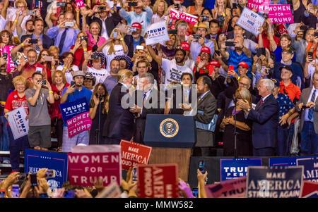 22 AOÛT 2017 - Le président Donald Trump, serre la main avec le Vice-président Mike Pence au Trump Président détient Rally à Phoenix, Arizona Banque D'Images