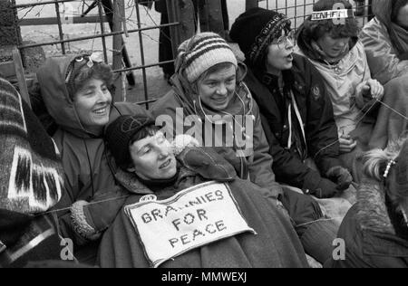 Greenham Common Womens Camp de paix. Les grand-mères pour la paix, les femmes plus âgées s'asseoir 1985 protestation, 1980 UK HOMER SYKES Banque D'Images