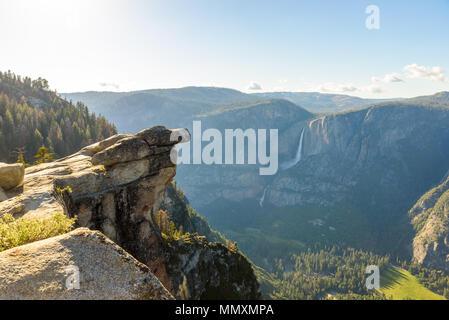 Yosemite Falls supérieure et inférieure dans le Parc National de Yosemite - Vue de Glacier View Point - Californie, États-Unis Banque D'Images