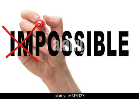 Man crossing out les lettres 'im' du mot impossible. Succès et défis concept. Banque D'Images