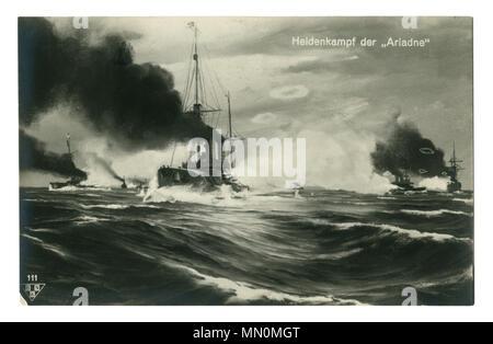 Ancienne carte postale allemande: cruiser SMS Ariadne coupe à travers les vagues escarpées en pleine tempête mer, accompagnée par des navires de la marine impériale, la première guerre mondiale 1914-1918