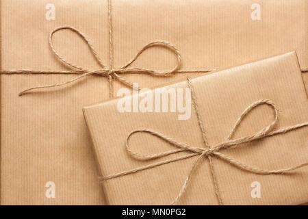 Close up de deux boîtes cadeau enveloppé dans du papier recyclé marron Banque D'Images