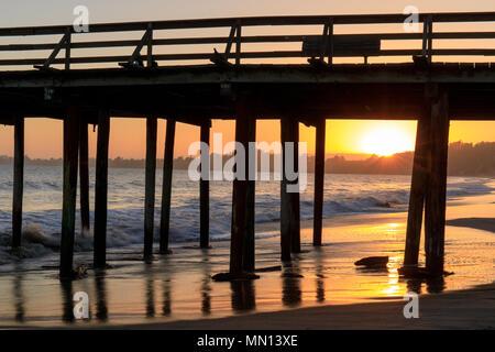 Coucher de soleil sur Seacliff State Beach. Banque D'Images