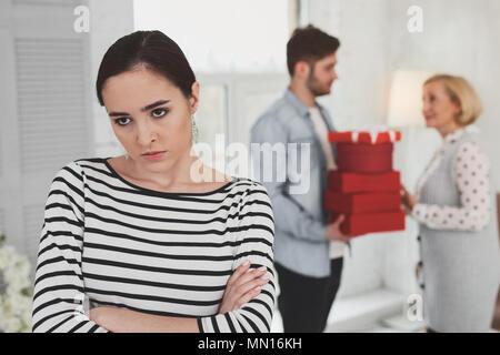 Malheureuse femme debout en colère contre remis Banque D'Images