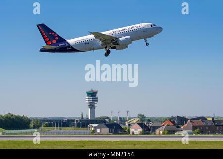 Tour de contrôle de l'aéroport de Bruxelles et le village de Steenokkerzeel derrière la piste de Brussels Airlines en avion est au décollage, Zaventem, Belgique Banque D'Images