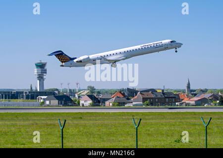Bombardier CRJ-900LR, avion de ligne régional de Lufthansa CityLine, décoller de la piste à l'aéroport de Bruxelles, Zaventem, Belgique Banque D'Images
