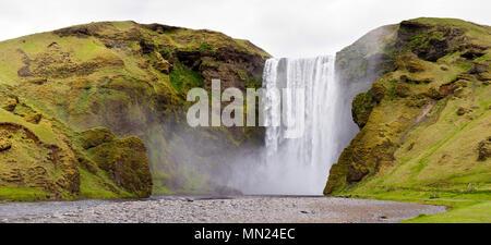 Vue panoramique sur la célèbre Skogafoss en Islande. Banque D'Images