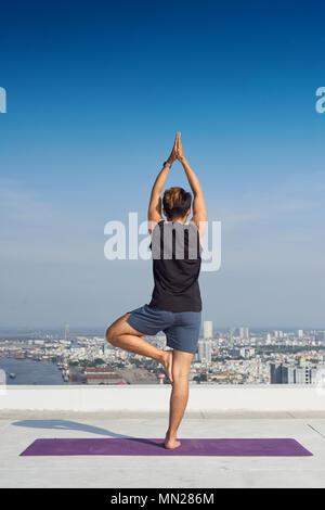 Man practicing yoga avancée. Une série de postures de yoga style. concept. Banque D'Images