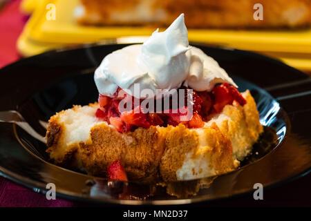 Quelques fraises et crème chantilly sur angel food cake Banque D'Images