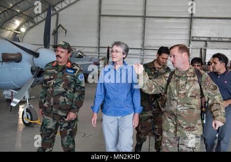 Secrétaire de l'Air Force Heather A. Wilson, centre, à l'écoute de Brig. Le général Phillip A. Stewart, droite, lors d'une visite officielle dans l'Escadre aérienne de Kaboul le 17 août 2017, à Kaboul, en Afghanistan. Wilson a visité les installations de la Force aérienne afghane lors de sa première visite officielle au pays sur les progrès et défis de l'effort militaire interarmées d'Afghanistan et d'aviateurs américains à l'appui de l'appui résolu de la mission. Stewart est le commandant de TAAC-Air et la 438th Air Expeditionary Wing. (U.S. Photo de l'Armée de l'air par le sergent. Alexander W. Riedel) Banque D'Images
