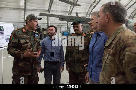 Secrétaire de l'Air Force Heather Wilson et Le Général David Goldfein, chef d'état-major de l'Armée de l'air, à droite, l'écoute de l'Armée de l'air afghane Brig. Le général Mohammad Shoaib, gauche, lors d'une visite à l'Escadre aérienne de Kaboul le 17 août, 2017, à Kaboul, en Afghanistan. Shoaib est le commandant de la Force aérienne afghane et de progrès partagé de la formation conjointe et d'efforts de guerre au cours de la visite des officiels d'Afghan Air Force les installations d'entretien. (U.S. Photo de l'Armée de l'air par le sergent. Alexander W. Riedel) Banque D'Images