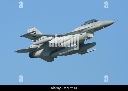 Nouveau Lockheed Martin F-16C'est à la livraison à l'Armée de l'Air polonaise au départ de RAF Mildenhall pendant leur vol de livraison.