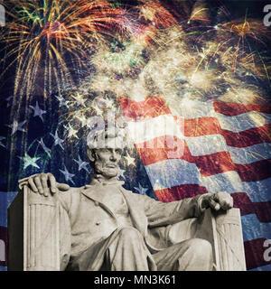 Photo composite de la statue d'Abraham Lincoln au Lincoln Memorial avec un drapeau et d'artifice dans l'arrière-plan. Belle image patriotique pour l'Indepen Banque D'Images