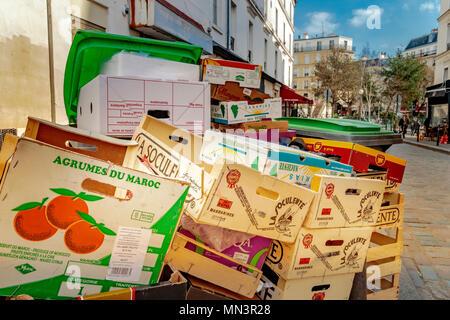 Les boîtes de fruits en bois ,wheely poubelles et autres déchets entassés dans la Rue Mouffetard, Paris Banque D'Images
