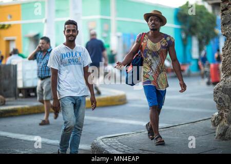 Deux jeunes hommes sur les rues colorées de la Plaza de Trinidad, Getsemani, Carthagène, Colombie Banque D'Images