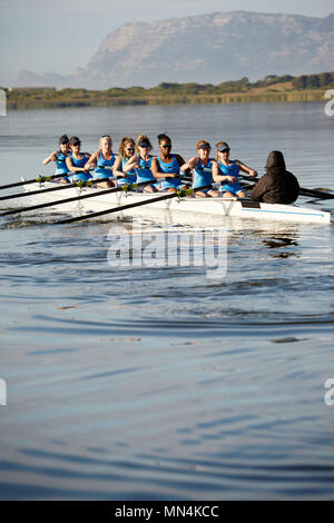 Les rameurs rowing scull on sunny lake Banque D'Images
