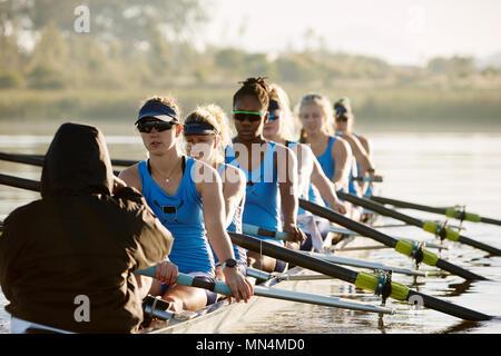 L'équipe d'aviron de godille aviron féminin sur le lac Banque D'Images