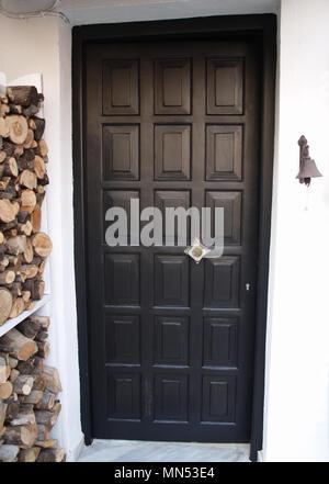 Panneaux en bois peint noir porte avant Banque D'Images