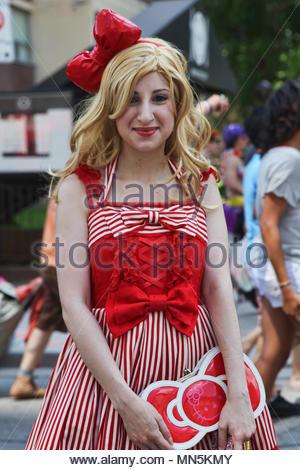Une femme habillée dans un costume nostalgique participant à la semaine de festivités de la fierté gaie à Toronto, au Canada. Banque D'Images