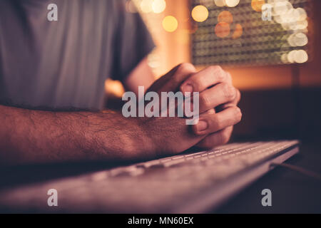 Les mains et le clavier de l'ordinateur, nerveux, homme d'affaires en attente d'une réponse par courriel auprès de partenaires commerciaux, faible clé avec selective focus Banque D'Images