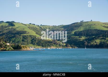 Dunedin, Otago, New Zealand-December: 11,2016 voiliers ancrés dans la baie côtière avec paysage luxuriant à Dunedin, Nouvelle-Zélande