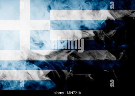 Drapeau national de la Grèce de l'épaisseur de la fumée de couleur noire sur un fond isolé Banque D'Images
