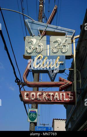 Enseigne au néon classique pour bar 3636 Cocktails Club à Long Beach, CA Banque D'Images