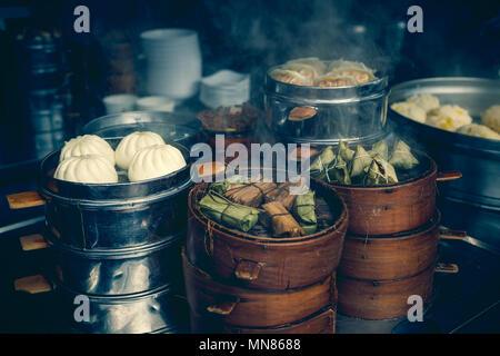En vente au stand de l'alimentation de rue spécialité chinoise boulettes à la vapeur en Chine