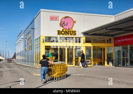 11 avril 2018: Egilsstadir, est de l'Islande - Bonus en Spermarket avec chariots à l'intérieur. poussant travailleur
