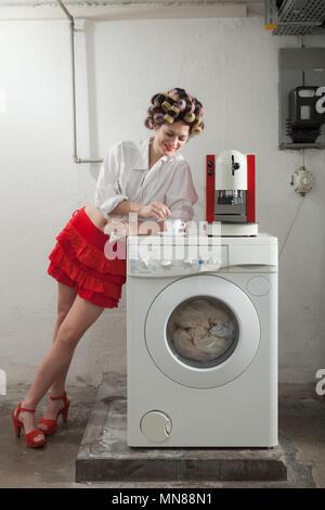 Portrait de jolie femme de la blanchisserie, de l'intérieur Banque D'Images