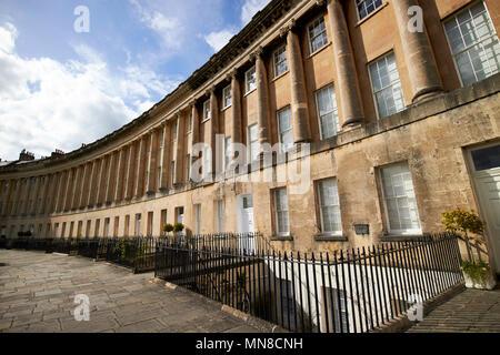 17, 18, 19 et 20 Royal Crescent rue résidentielle maisons géorgiennes baignoire England UK 17 Royal Crescent a été l'ancienne résidence de sir Isaac pitman developer Banque D'Images