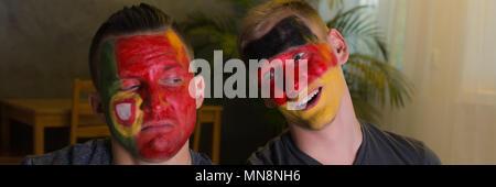 L'Espagne et l'Allemagne de football fans avec des visages peints Banque D'Images