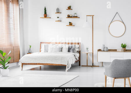 0022d135b33357 Armoire en bois près de lit dans la chambre à coucher boho intérieur ...