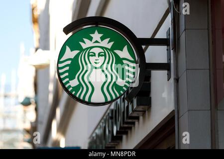Le logo Starbucks sur l'affichage à l'extérieur d'une succursale au Royaume-Uni en 2018, Starbucks, Starbucks signe / high street, Starbucks Siren. Banque D'Images