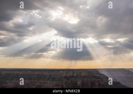 Les rayons du soleil qui traverse des nuages dans le Grand Canyon Banque D'Images