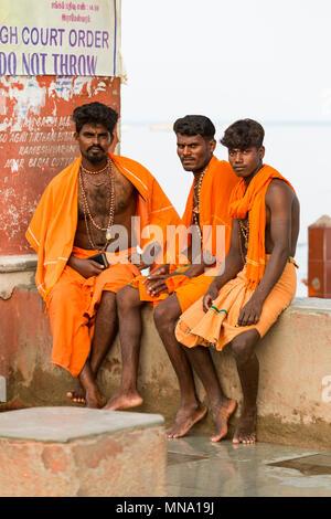 Groupe de pèlerins dévots non identifiés, Sadhus vêtus de vêtements orange. C'est un pèlerinage hindou de masse de la foi et de se baigner dans la mer sacrée. Banque D'Images